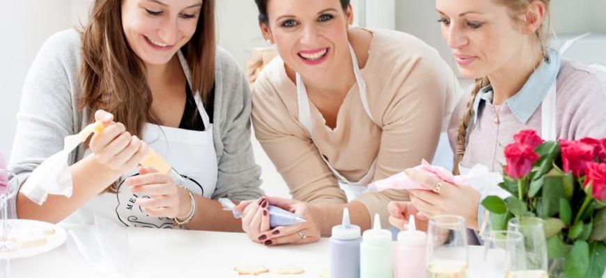 Backkurs zum Junggesellinnenabschied bei Mein Keksdesign mit Stephanie Juliette Rinner, Gründerin Mein Keksdesign
