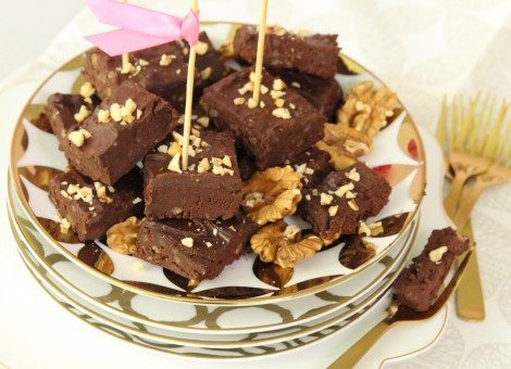 """Rezept für schnellen und einfachen Chocolate Fudge als cooler Party Snack. Das Rezept ist aus dem Backbuch """"Tortenkunst & Keksdesign"""" von Mein Keksdesign Gründerin, Stephanie Juliette Rinner."""