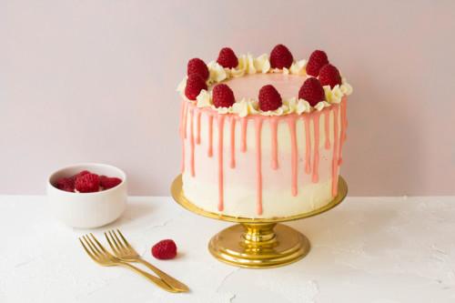 Drip Cake mit Swiss Meringue Creme mit Himbeeren und Schokoladenteig von Stephanie Juliette Rinner von Mein Keksdesign