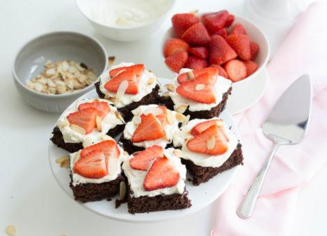 Schnelles Rezept für Brownies als Schokokuchen mit Erdbeeren