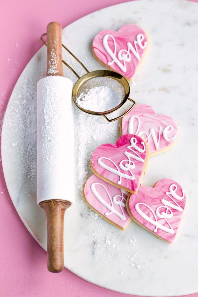 Cake Lettering auf Royal Icing Kekse mit Pinsel und Spritzbeutel