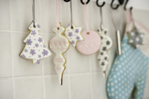 Lerne aus einfachen Plätzchen Weihnachtskekse mit WOW-Effekt zu zaubern. Mit Royal Icing und Stephanie von Mein Keksdesign.