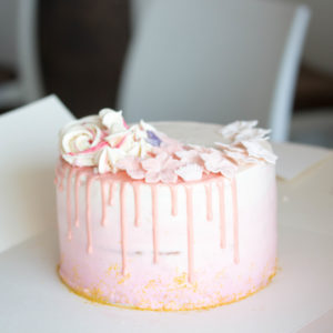 Drip Cake mit Fondantdekoration und Baiser