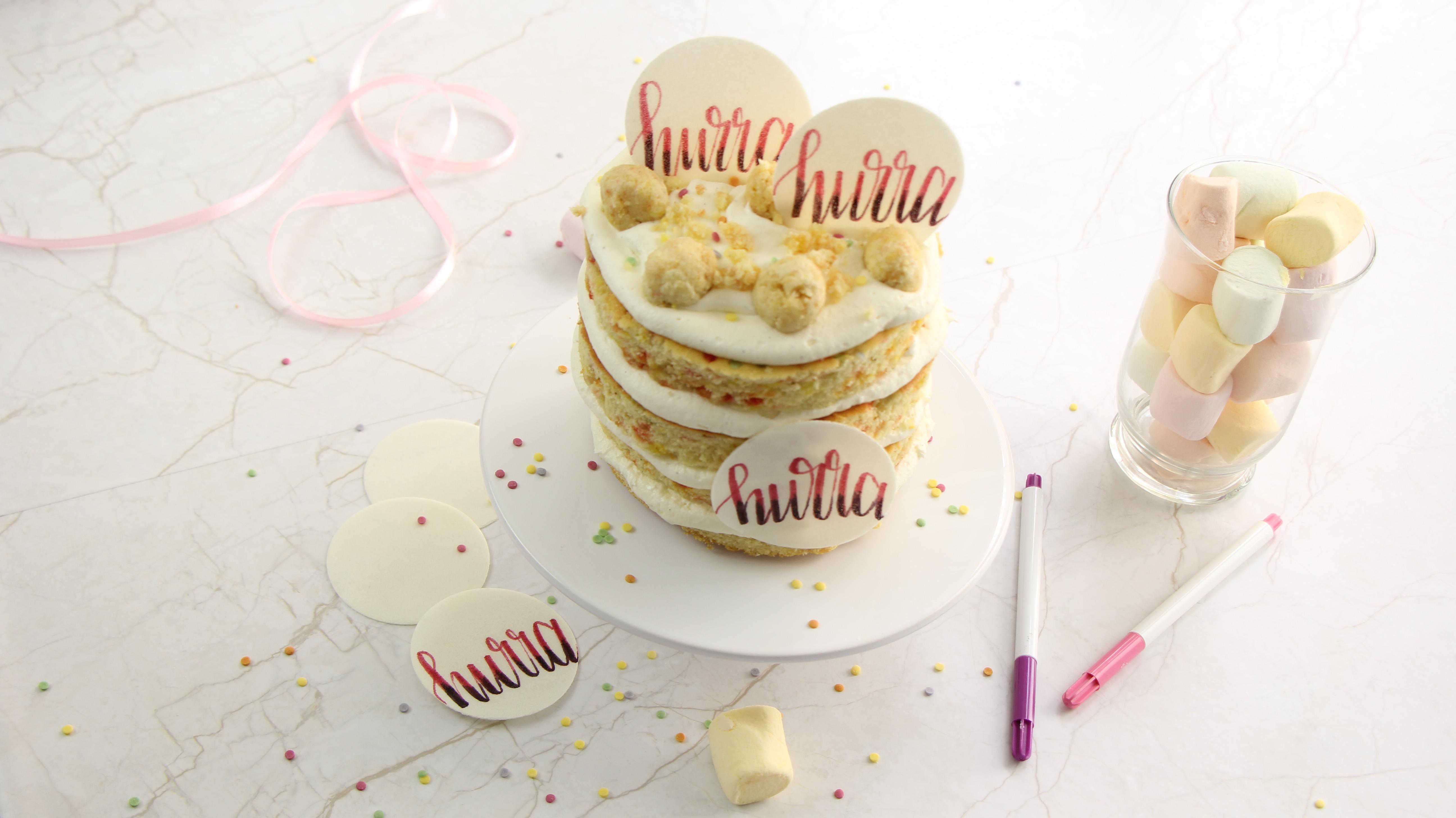 Geburtstagskuchen Mit Essbarem Konfetti Und Cake Lettering