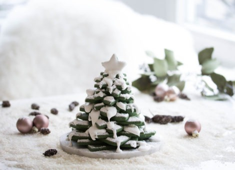 Weihnachtsbäckerei mit Keksen in Sternform