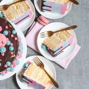 Buttercremetorte mit Schoko Drips und Macarons