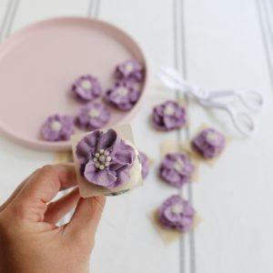 Kuchenrezept Tarte Biskuit mit Buttercremeblüten