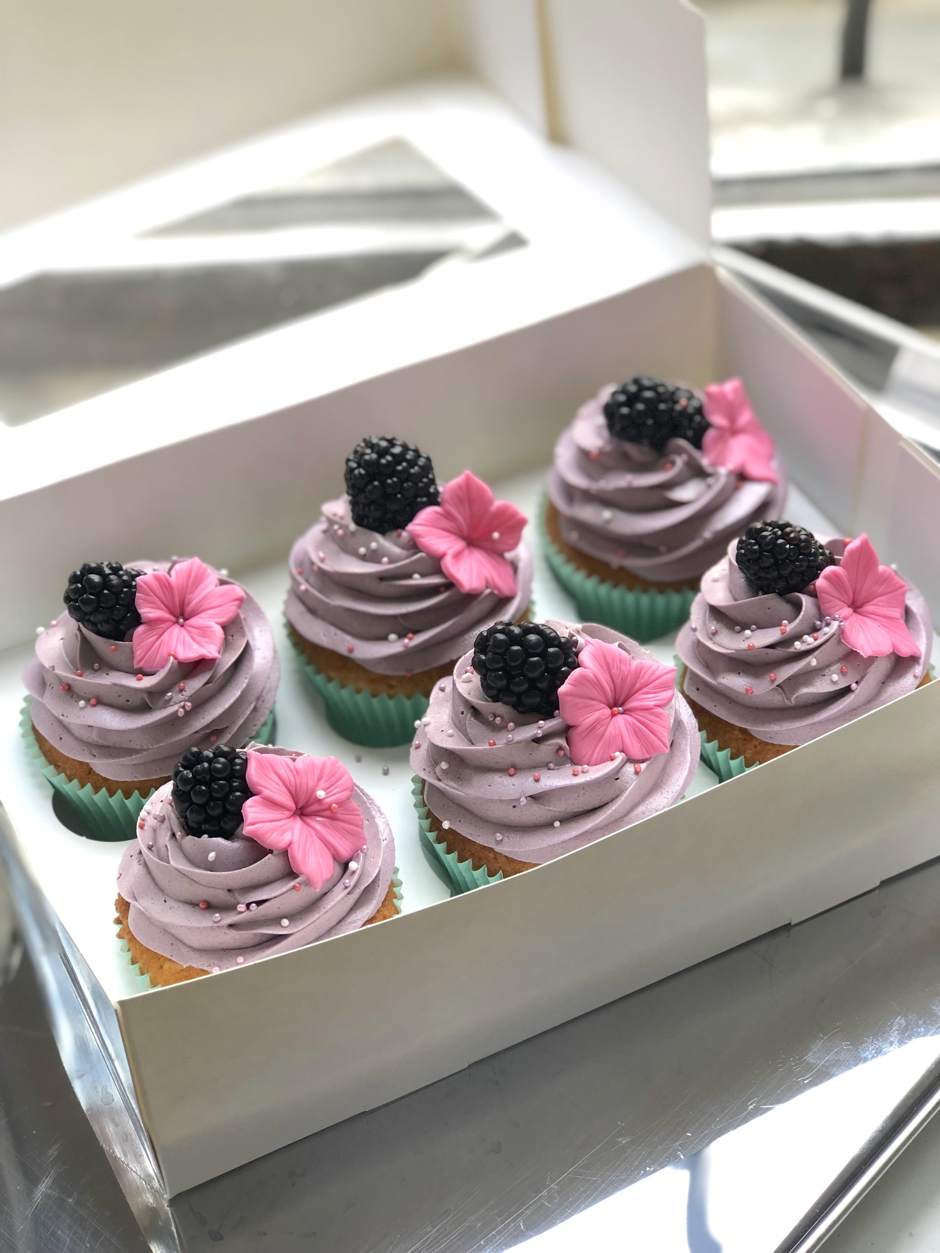 Cupcake Rezept mit Creme Topping und Beeren