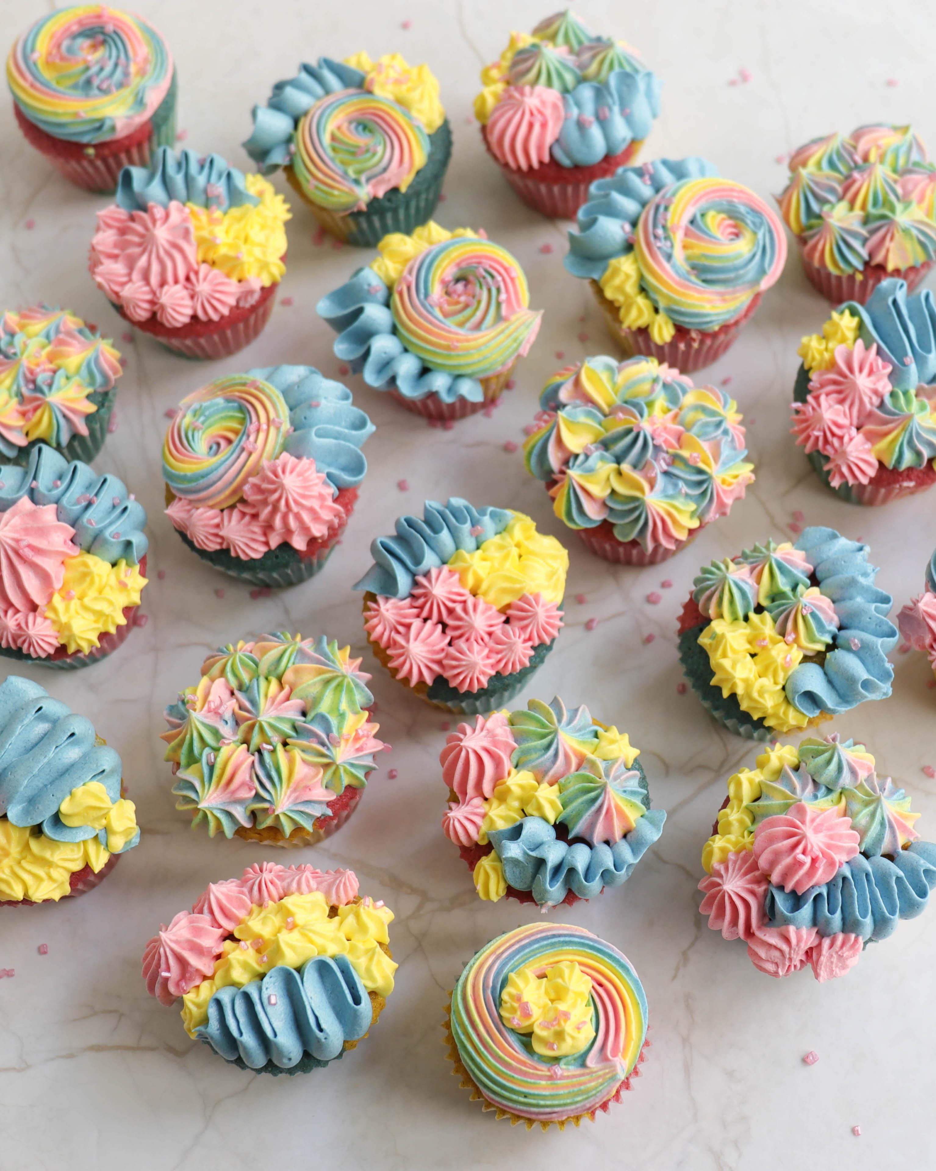 Regenbogen Mini Cupcakes für Kindergeburtstag