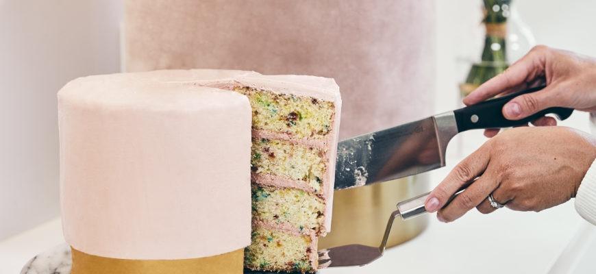 Einfaches Rezept zum 8. Geburtstag von Westwing für einen spektakulären Funfetti Cake als Geburtstagstorte