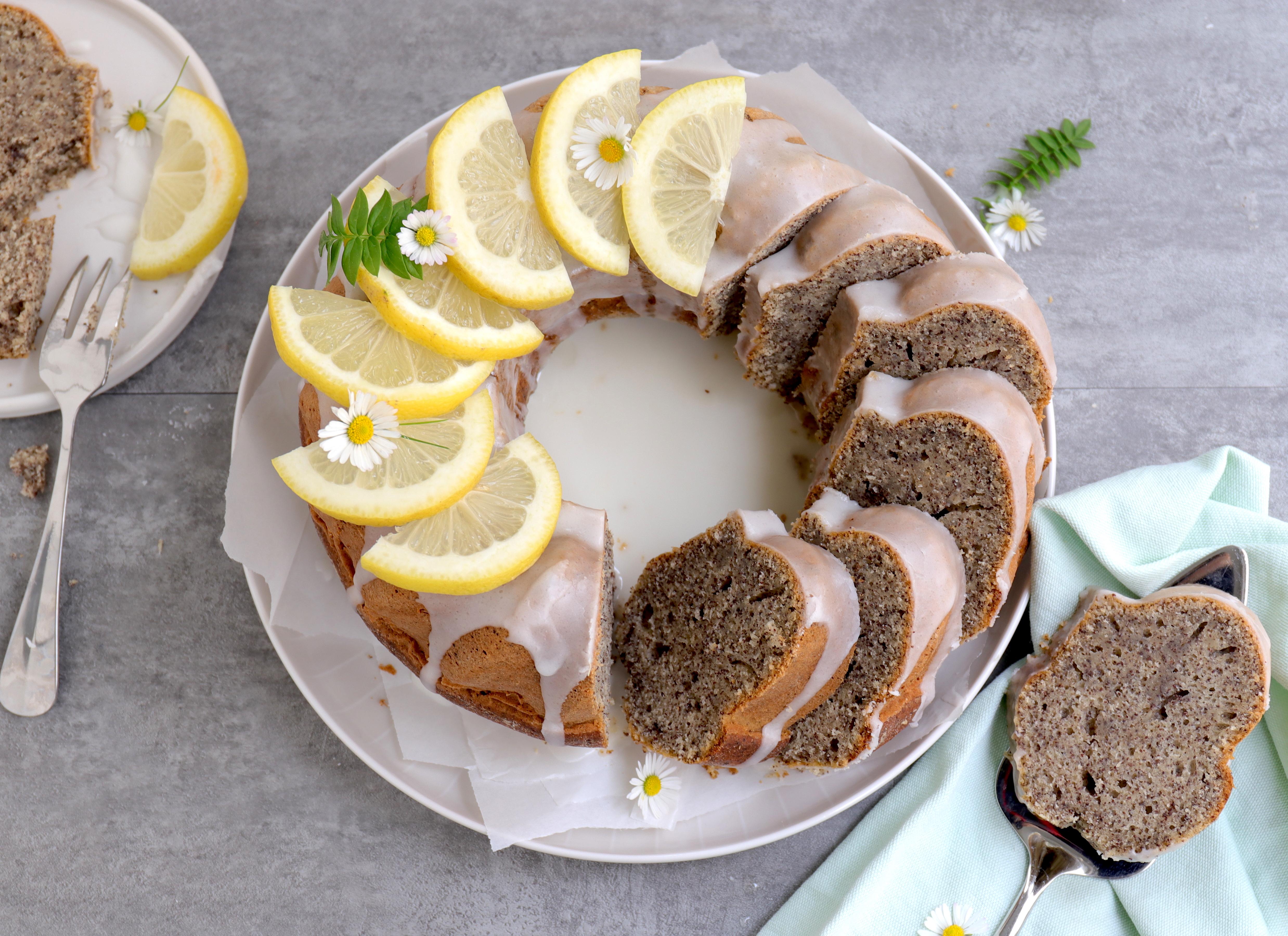 Saftiger Zitronenkuchen mit Mohn