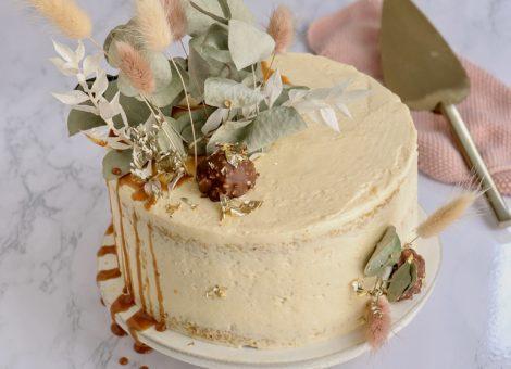 Torte mit Mandelbiskuit, Karamell und Buttercreme im Herbst