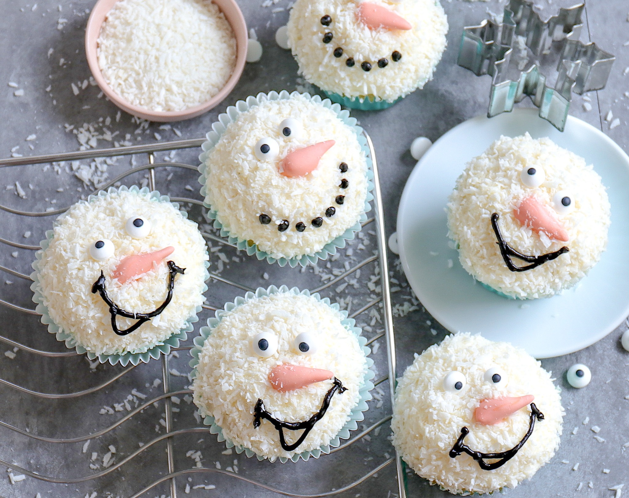 Schneemann Cupcakes mit Kokos Frosting