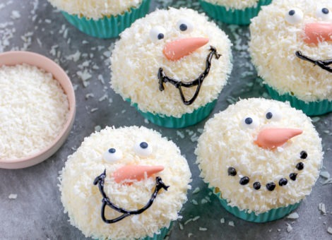 Schneemann Cupcake mit Kokos Frosting
